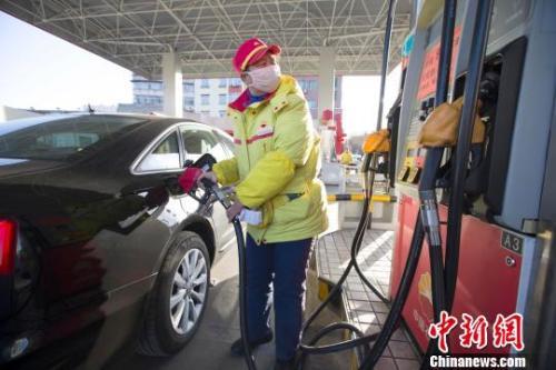 资料图:山西太原,加油站工作人员正在给车辆加油。张云 摄