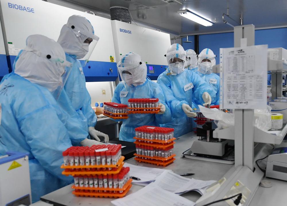 检测人员在实验室做处理样本前的准备工作(6月25日摄)。